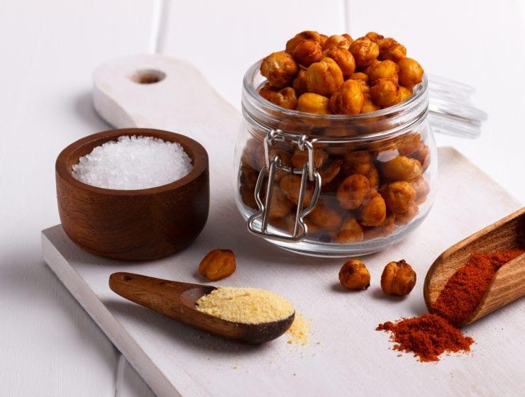 Roasted spicy chickpeas, chickpeas, garbonzo bean recipes, healthy snacks, salty snacks, easy snack recipes, how to roast chickpeas, how to make hummus